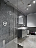 bagno moderno con box doccia e mobile per il lavabo