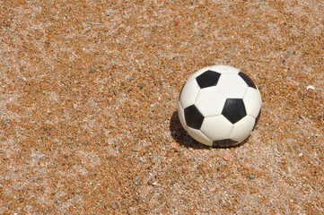 pallone da calcio sulla spiaggia