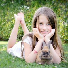 Bambina e coniglietto