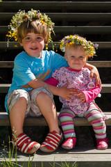 Kinder mit Blumenschmuck
