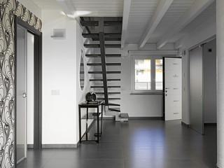moderna entrata di villa con scala e piccola consolle