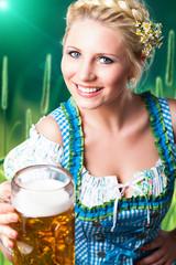 junge blonde Frau im Dirndl mit Masskrug