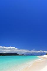 美しいサンゴの海と夏空
