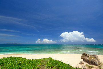 真っ白い砂浜と夏空