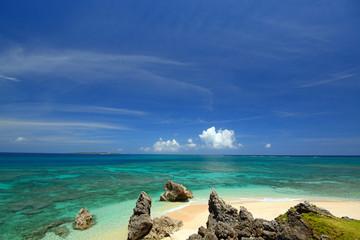 綺麗なサンゴの海と夏空