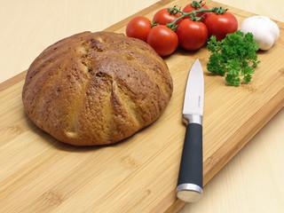 Brot mit Messer und Gemüse