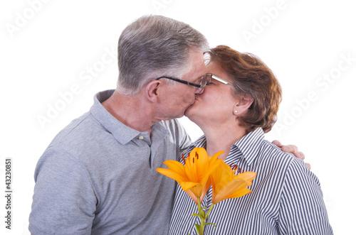 Glückliche Senioren die sich küssen