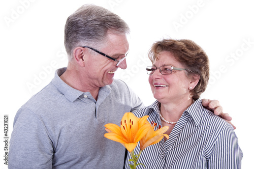 Glückliche Senioren  mit Blume