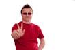 Mann mit grinsen hält die Hand mit zwei Fingern nach vorne