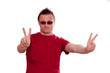 Bedrohter Mann zeigt mit Hand das Zeichen für Frieden
