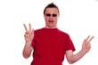 Lachender Mann zeigt vor Freude das Zeichen für Peace