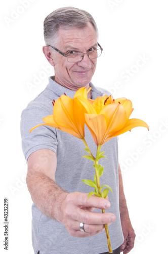 Senior mit Blume in der Hand
