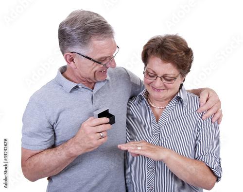 Glückliche Senioren mit Geschenk
