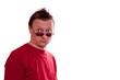 Männlicher Europäer blickt misstrauisch über Brille