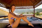 jeune fille devant un spa extérieur