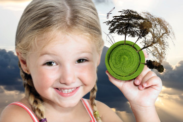 Bambina sorridente sostiene la protezione dell'ambiente