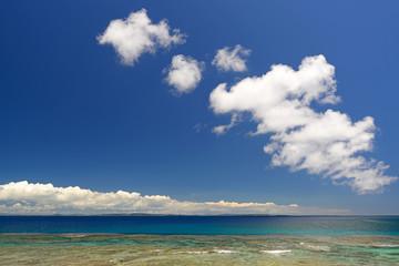 南国沖縄の綺麗なサンゴの海と夏空