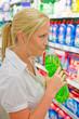 Frau kauft Putzmittel in einem Supermarkt