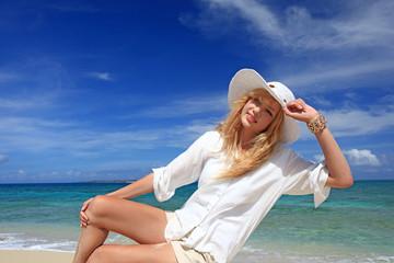 南国沖縄の海辺で遊ぶ笑顔の女性