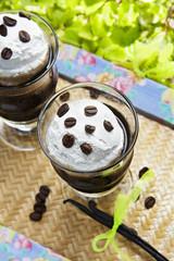 Blanco y negro, café con helado de nata, frío.