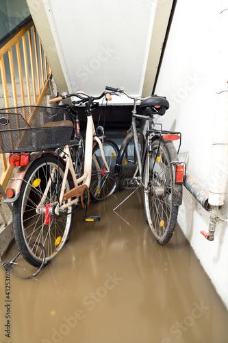 Leinwandbild Motiv Keller abgesoffen Fahrräder