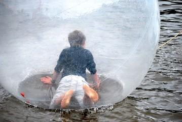 Jugendlicher in einem Water walking ball