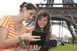 2 jeunes filles discutant devant la Tour Eiffel