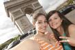 2 ados devant la place de l'étoile - Paris