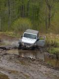 Jeep gris dans la boue