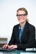 erfolgreiche geschäftsfrau mit brille