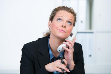 geschäftsfrau genervt am telefon