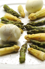 Boiled eggs and asparagus Huevos duros y espárragos