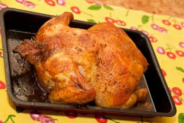 Приготовленная курица на противне