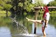 Ragazza gioca con l'acqua