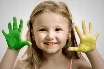 Graziosa bambina gioca con i colori