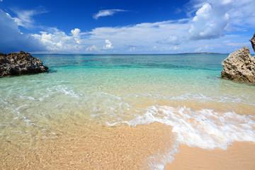 コマカ島の綺麗なビーチと透明な波