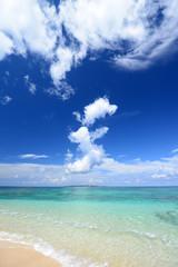 コマカ島の綺麗な珊瑚の海と夏空