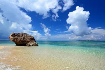 コマカ島の透明な珊瑚の海と夏空