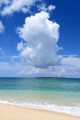 コマカ島沖に浮かぶ入道雲