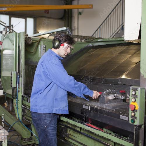 canvas print picture Arbeiter reinigt Maschine in Fabrik