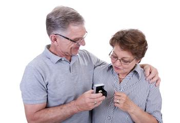 Senior beschenkt Seniorin mit Ring