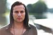 junger Mann am Ufer mit Hoodie