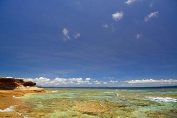 久高島の美しい岬の海辺と紺碧の空