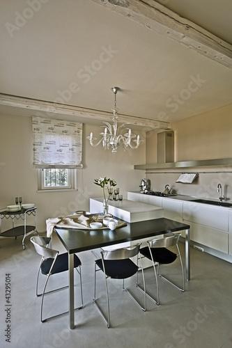 Cucina moderna con tavolo da pranzo e sedie immagini e for Cucina moderna abbonamento