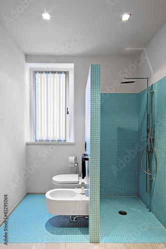 Cabina doccia in muratura a sanitari in un bagno moderno - Bagno in muratura moderno ...