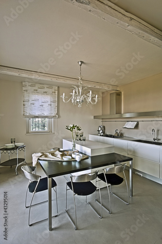 Cucina moderna con tavolo da pranzo e sedie immagini e - Abbonamento cucina moderna ...