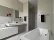 bagno moderno con vasca e box doccia in muratura - 43295425