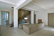 moderno soggiorno con parete in mattoni e scala