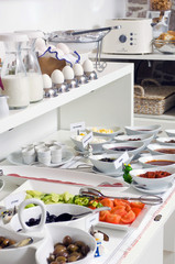 kahvaltı yumurta bal zeytin salam peynir ve domates