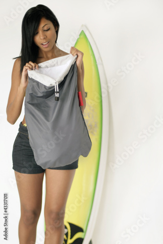 Frau mit Strandgepäck